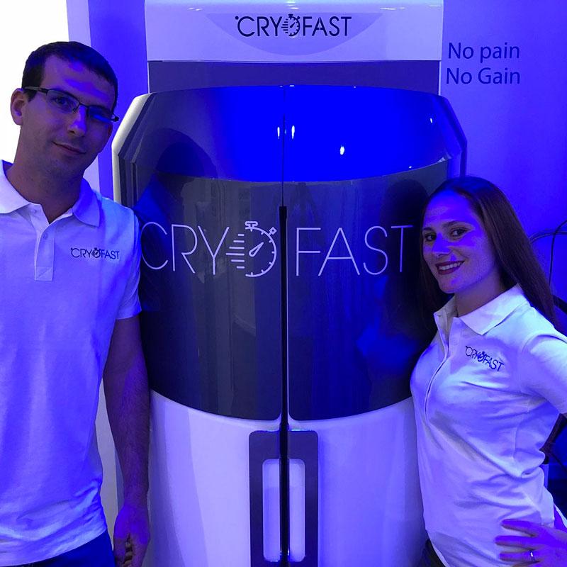 Alexis et Fanny devant le cryosauna Cryofast dans leur centre franchisé à Strasbourg