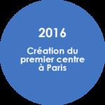 cercle fond bleu et texte blanc disant 2016 creation du premier centre à Paris