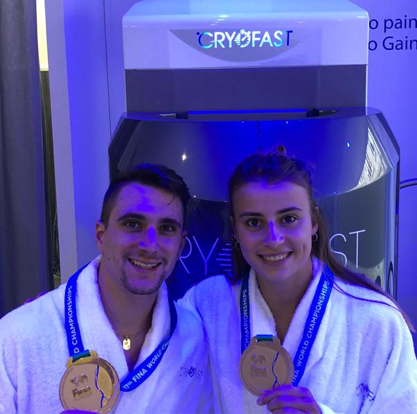 Matthieu Rosset et Laura marino devant le cryosauna cryofast en peignoir, médailles d'or à la main.jpg