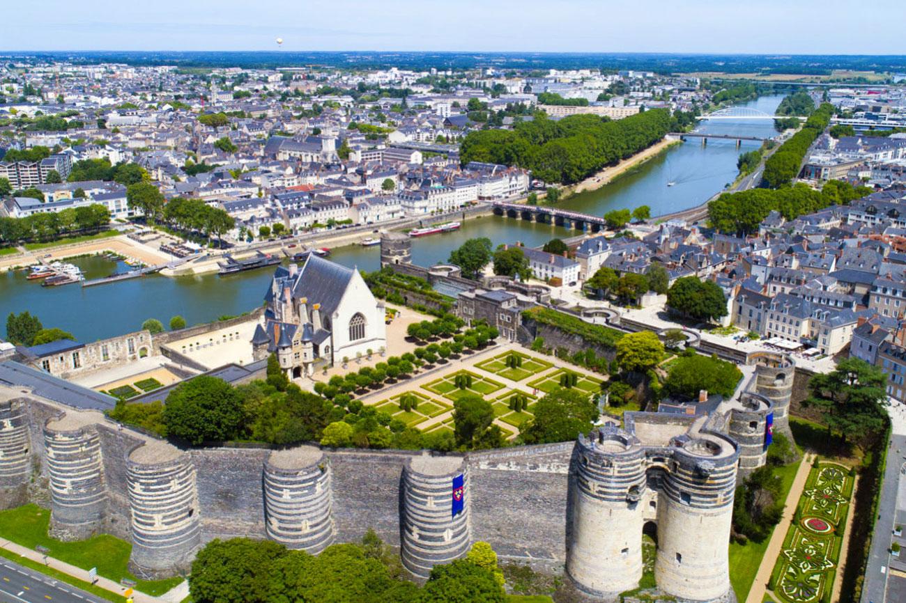 vue aérienne de d'Angers et du chateau pour illustrer le centre de cryothérapie Cryofast à Angers